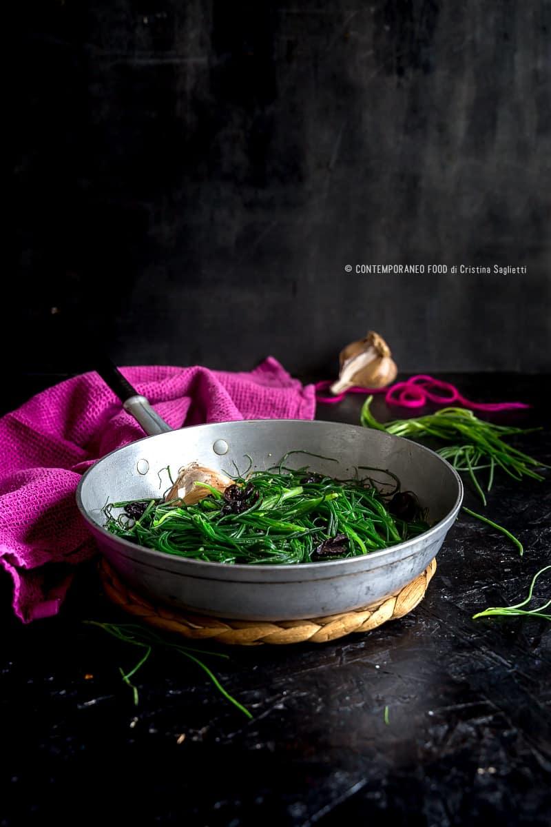 Agretti o barba di frate con olive nere un contorno for Cucinare gli agretti