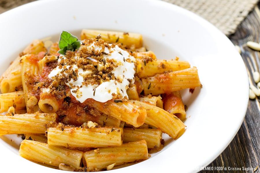 maccheroni-salsa-pomodoro-acciughe-burrata-pasta-contemporaneo-food