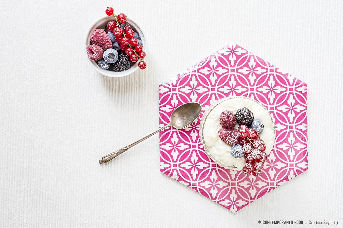 mousse-di-latte-vaniglia-frutti-bosco-ricetta-dolce-dessert-al-cucchiaio-facile-contemporaneo-food