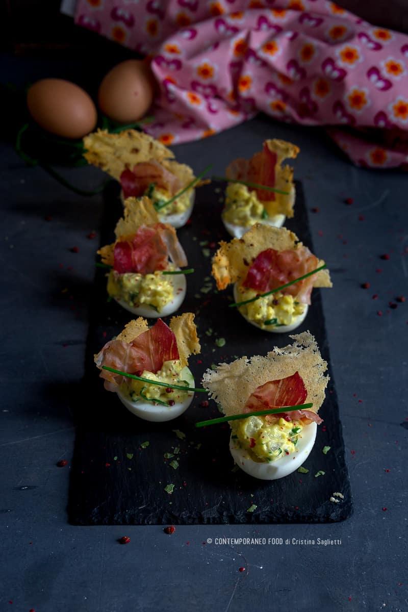 Uova ripiene con cialda di parmigiano e speck croccante