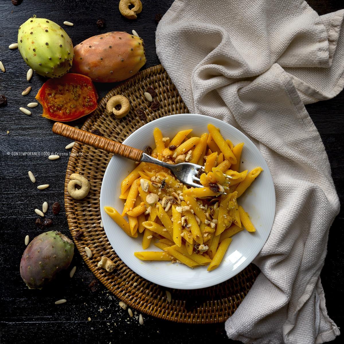 pasta-ai-fichi-d'india-con-crumble-di-taralli-uvetta-pinoli-ricetta-primi-ricetta-facile-veloce-con-la-frutta-contemporaneo-food