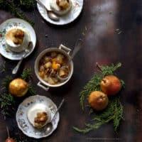 budino-di-yogurt-al-cocco-con-salsa-di-pere-e-uvetta-al-rum-e-agrumi-facile-ricetta-dolce-contemporaneo-food
