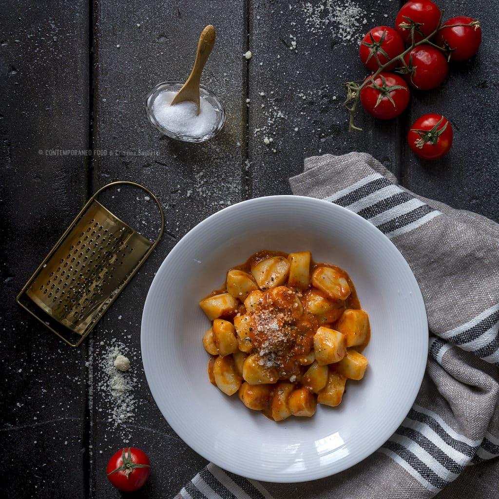 gnocchi-ricotta-di-pecora-crema-di-pomodorini-speziati-al-profumo-di-limone-ricetta-vegetariana-confit-ricetta-facile-primo-piatto-contemporaneo-food