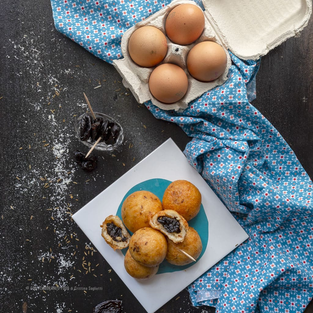finger-food-palline-al-parmigiano-e-prugne-antipasto-veloce-ricetta-aperitivo-facile-frutta-contemporaneo-food