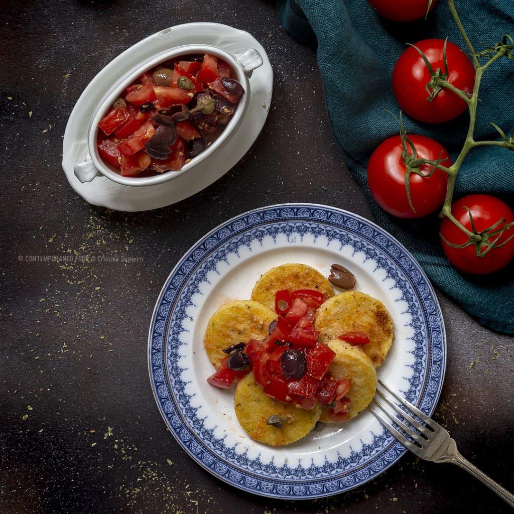 polenta-fritta-calda-origano-con-insalata-di-pomodori-fredda-ricetta-facile-contemporaneo-food