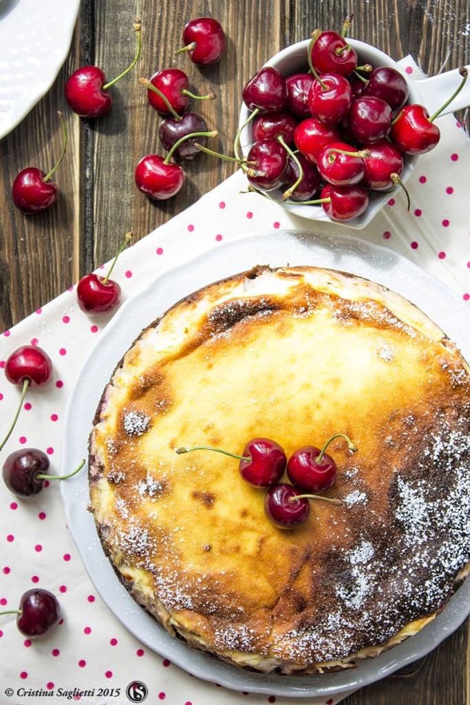 torta-bicolore-ciliegie-cioccolato-dolci-con-la-frutta-contemporaneo-food