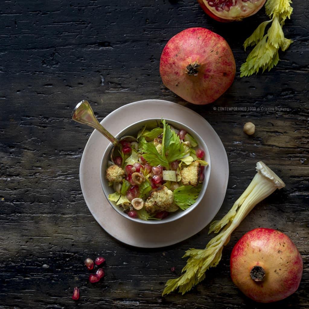 cavolfiore-arrosto-in-insalata-con-melograno-nocciole-sedano-ricetta-facile-contorno-leggero-contemporaneo-food