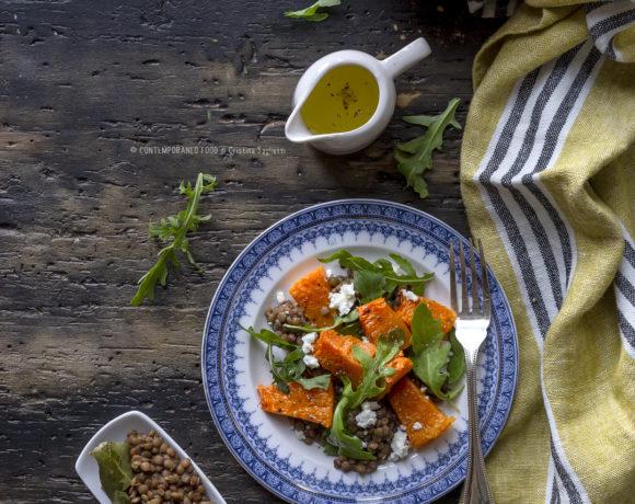 zucca-arrosto-in-insalata-con-lenticchie-feta-rucola-salsa-melograno-ricetta-facile-veloce-vegetariana-contemporaneo-food