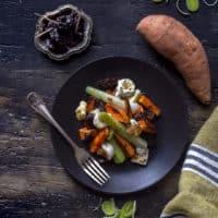 porri-in-insalata-con-patate-dolci-prugne-stracchino-di-capra-contorno-ricetta-vegetariana-veloce-facile-contemporaneo-food
