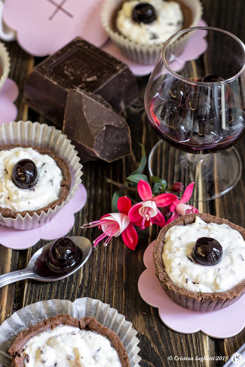 crostatine-ricotta-cioccolato-amarene-dolci-con-la-ricotta-contemporaneo-food