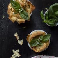 cestini-pane-carasau-stracchino-sale-affumicato-basilico-ricetta-facile-antipasto-formaggio-contemporaneo-food