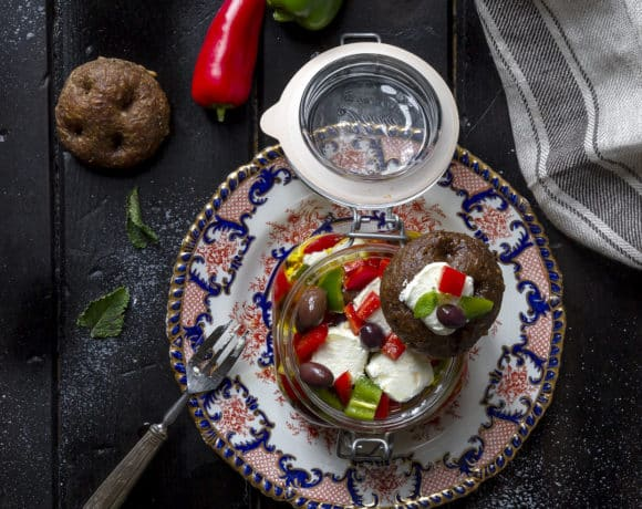 caprino-sotto-olio-con-peperoni-olive-taggiasche-antipasto-ricetta-facile-veloce-vegetariana-contemporaneo-food
