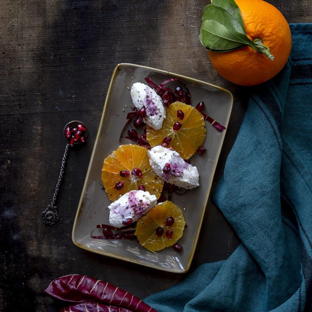 insalata-di-arance-melograno-trevigiana-ricotta-di-bufala-con-sciroppo-acero-fiori-arancio-antipasto-insalata-ricetta-vegetariana-light-veloce-contemporaneo-food