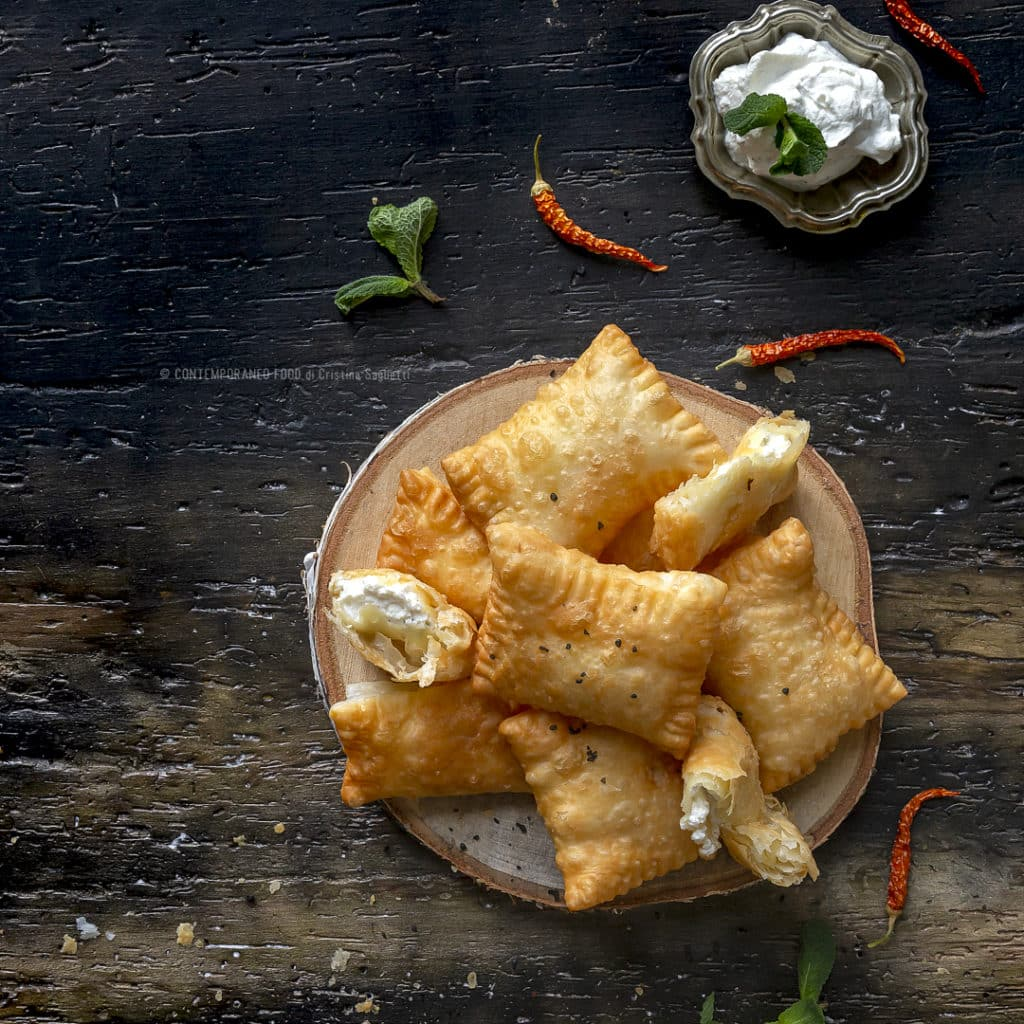 sfoglia-fritta-con-ricotta-di-bufala-menta-peperoncino-ricetta-antipasto-facile-veloce-contemporaneo-food