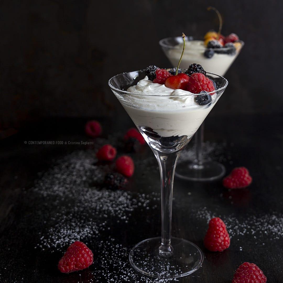 mousse-di-latte-e-vaniglia-con-frutti-di-bosco-dessert-facile-veloce-estivo-contemporaneo-food