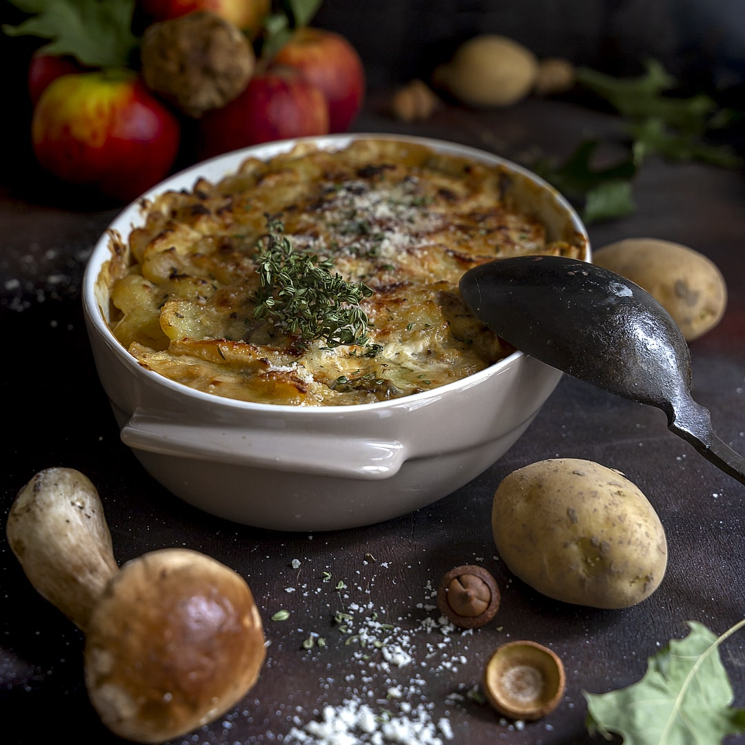 pasticcio-mele-rosse-funghi-patate-ricetta-facile-vegetariana-contemporaneo-food
