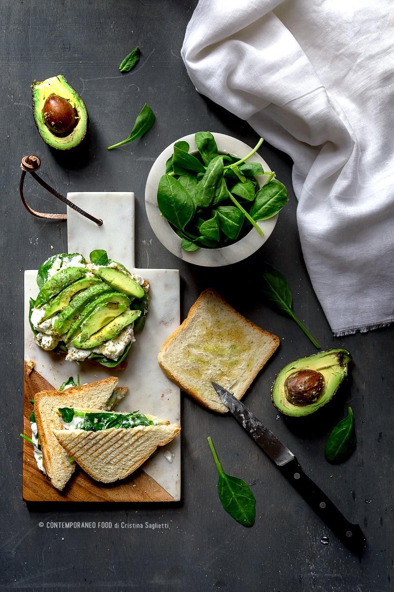avocado-toast-con-spinacini-novelli-robiola-capra-miele-ricetta-facile-veloce-vegetariana-contemporaneo-food