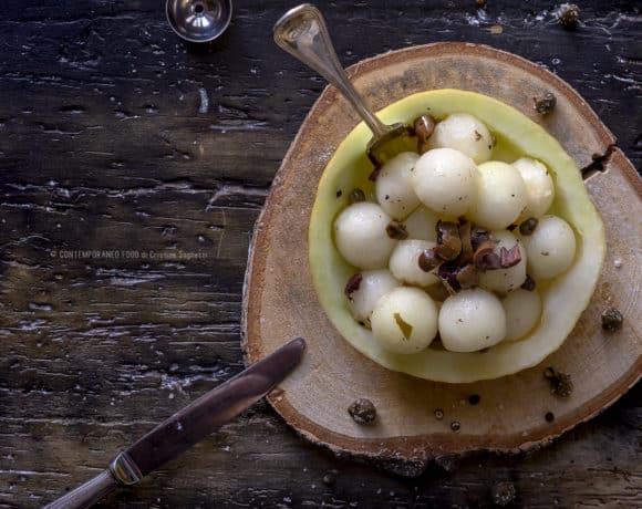 melone-giallo-in-insalata-con-capperi-olive-taggiasche-contorno-facile-ricetta-vegetariana-contemporaneo-food