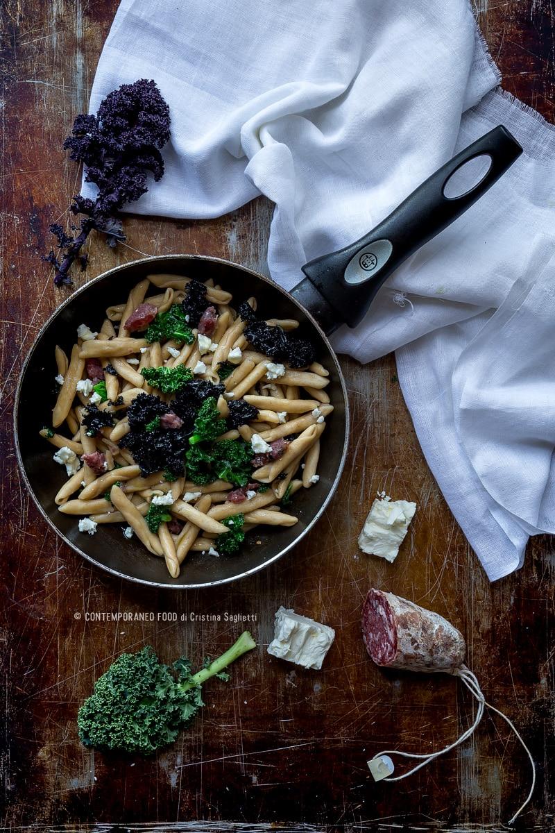 pasta-farina-di-farro-con-cavolo-riccio-salame-cinghiale-feta-greca-ricetta-primo-veloce-contemporaneo-food