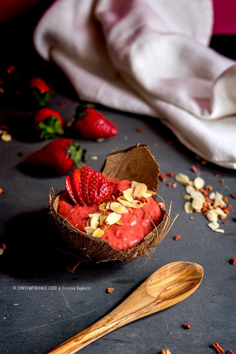 smoothie-bowl-fragole-avocado-mandorle-ricetta-ricetta-light-dieta-contemporaneo-food