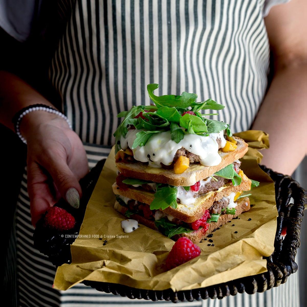 club-sandwich-carne-rucola-squacquerone-lamponi-salsa-mango-ricetta-facile-contemporaneofood