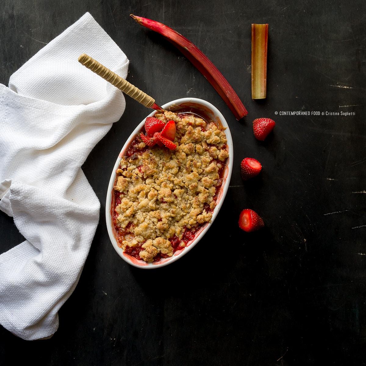 crumble-di-fragole-e-rabarbaro-con-farina-di-farro-dolce-facile-ricetta-contemporaneo-food