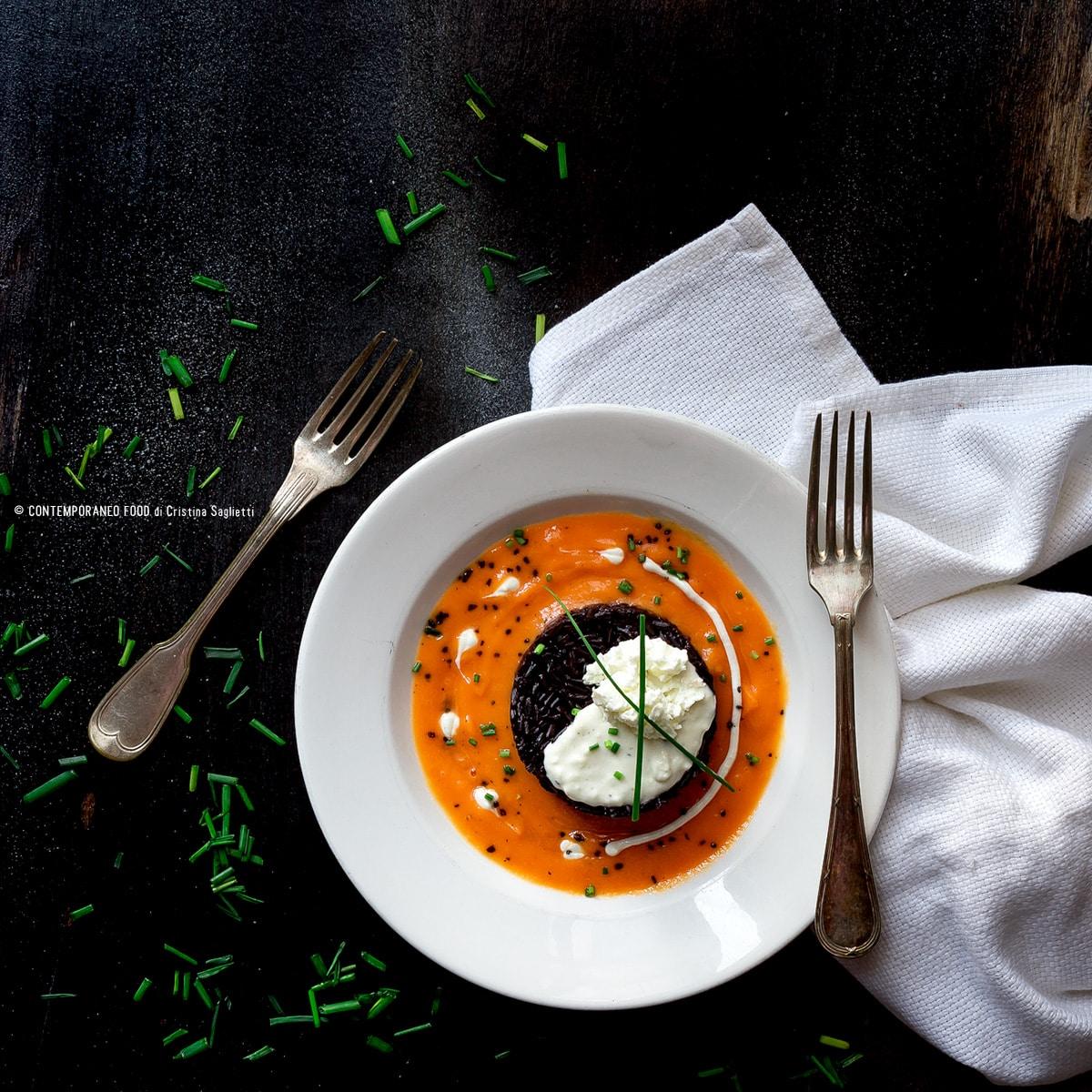 riso-buono-artemide-con-coulis-di-papaya-crema-di-feta-greca-erba-cipollina-sale-nero-light-ricetta-risotto-primo-contemporaneo-food