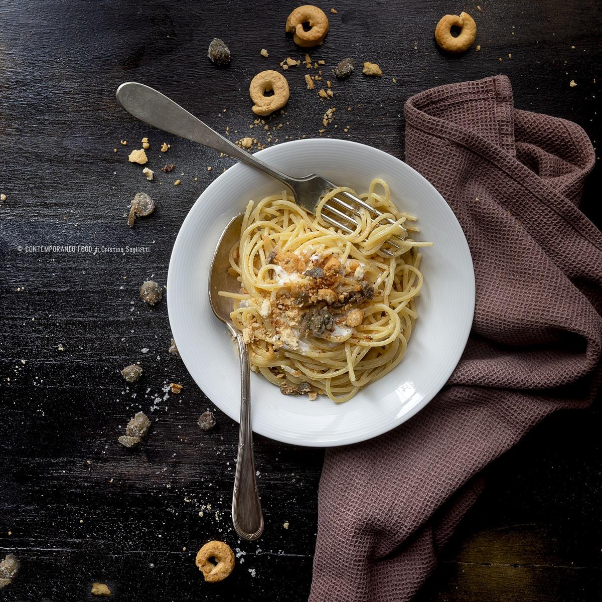spaghetti-quadrati-crema-di-stracciatella-crumble-taralli-capperi-personal-winer-torino-ricetta-primo-contemporaneo-food
