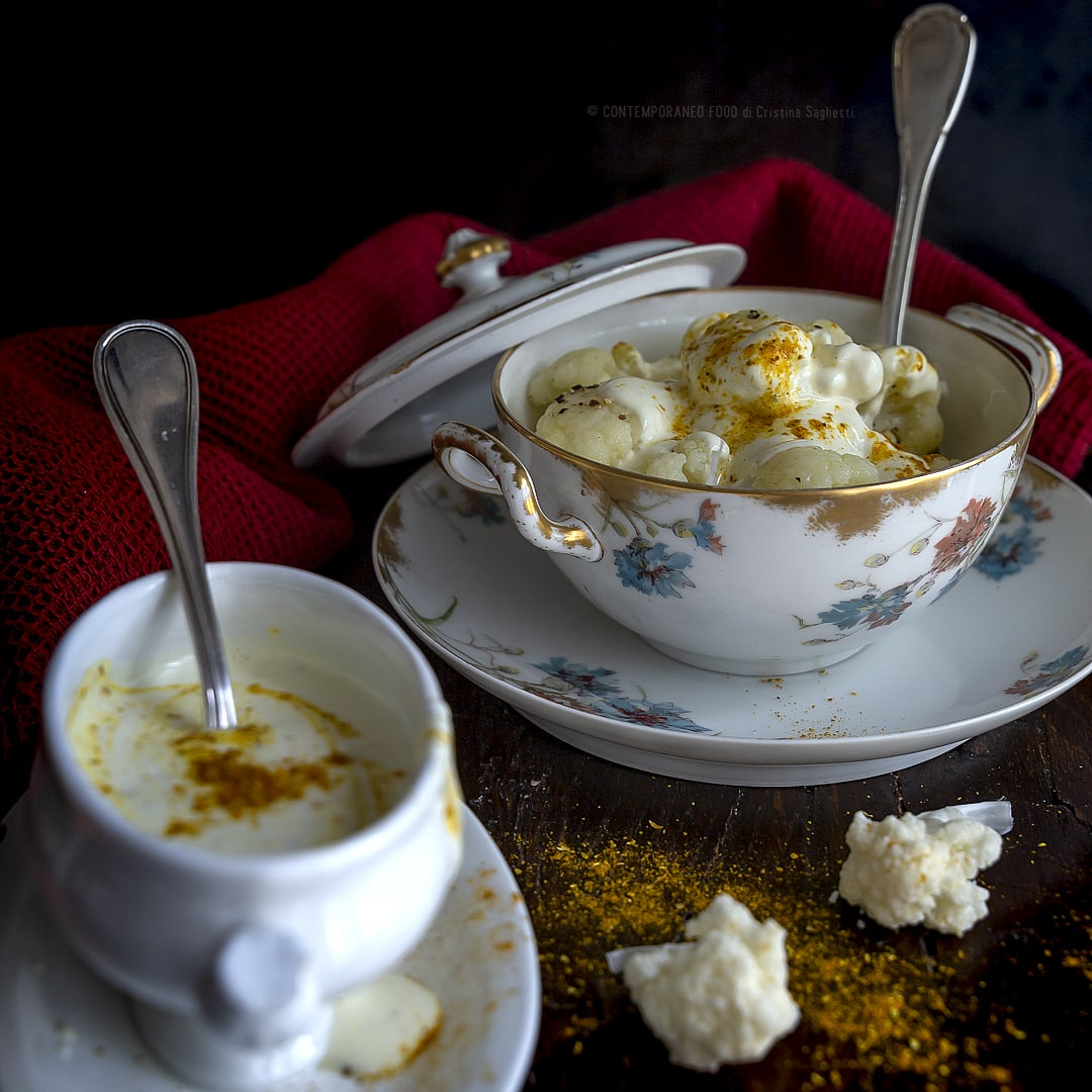 cavolfiore-in-insalata-con-crema-di-yogurt-al-curry-e-pepe-contorno-ricetta-vegetariana-light-facile-contemporaneo-food