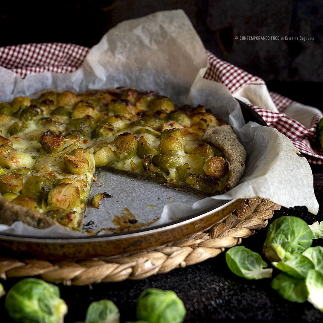 torta-salata-con-farina-di-canapa-stracchino-cavolini-di-bruxelles-farine-alternative-ricetta-vegetariana-contemporaneo-food