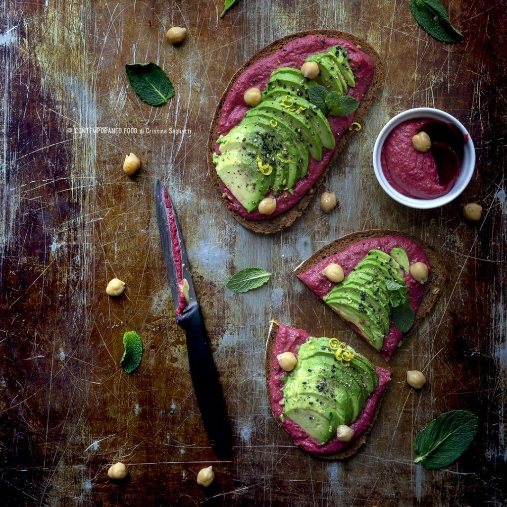 hummus-leggero-di-barbabietola-avocado-pane-nero-ai-cereali-1b-ricetta-detox-facile-estiva-dieta-contemporaneo-food