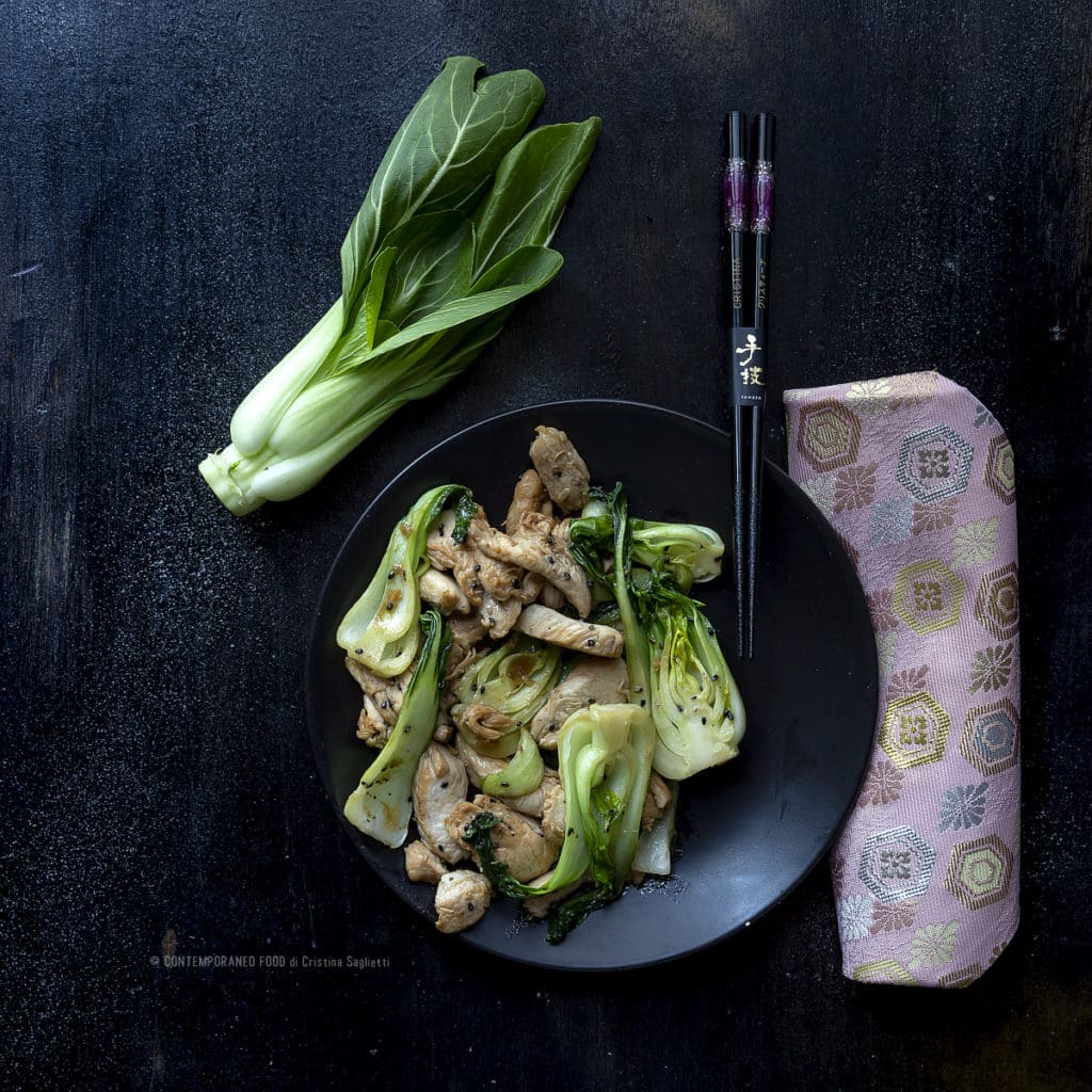 pak-choi-con-pollo-alla-salsa-di-soia-e-sesamo-nero-verdure-ricetta-last-minute-facile-veloce-superfood-contemporaneo-food