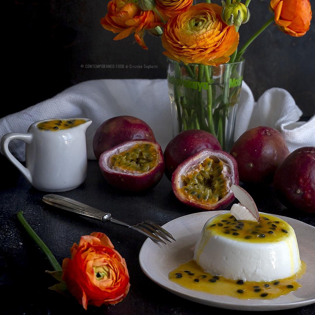 panna-cotta-al-latte-di-cocco-con-coulis-al-frutto-della-passione-maracuja-frutta-ricetta-dolce-al-cucchiaio-contemporaneo-food