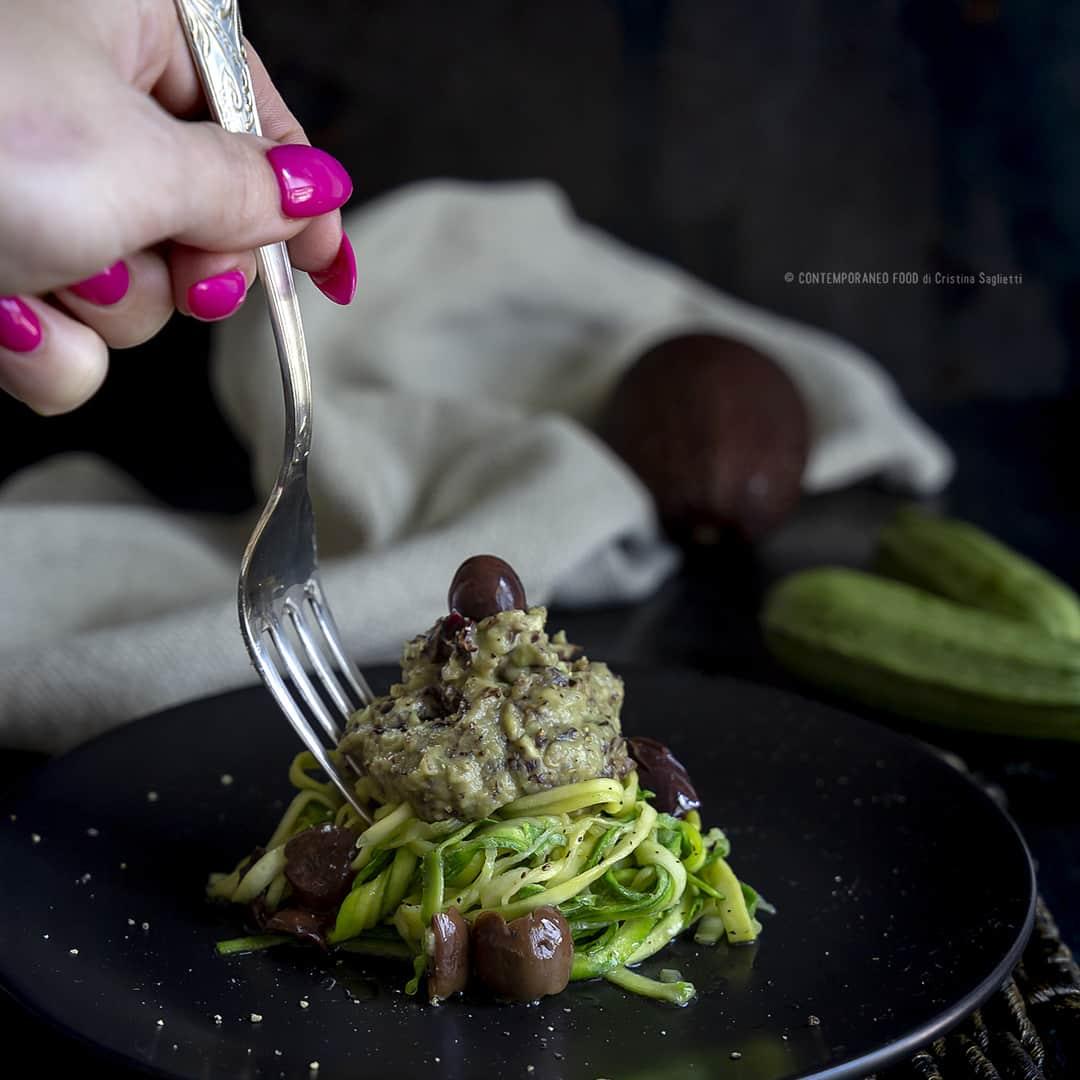 spaghetti-zucchine-con-crema-di-avocado-e-trevigiana-olive-primo-vegetariano-contemporaneo-food