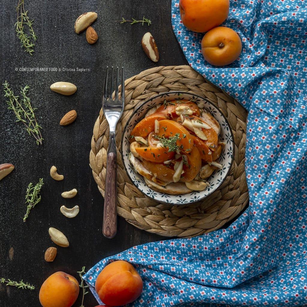 insalata-di-albicocche-pollo-frutta-secca-timo-ricetta-estiva-piatto-unico-carne-contemporaneo-food