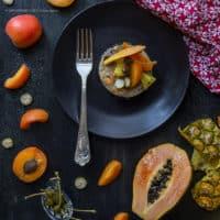 teff-in-insalata-esotica-con-olive-taggiasche-e-fiori-di-cappero-ricetta-estiva-facile-senza-glutine-primo-frutta-contemporaneo-food