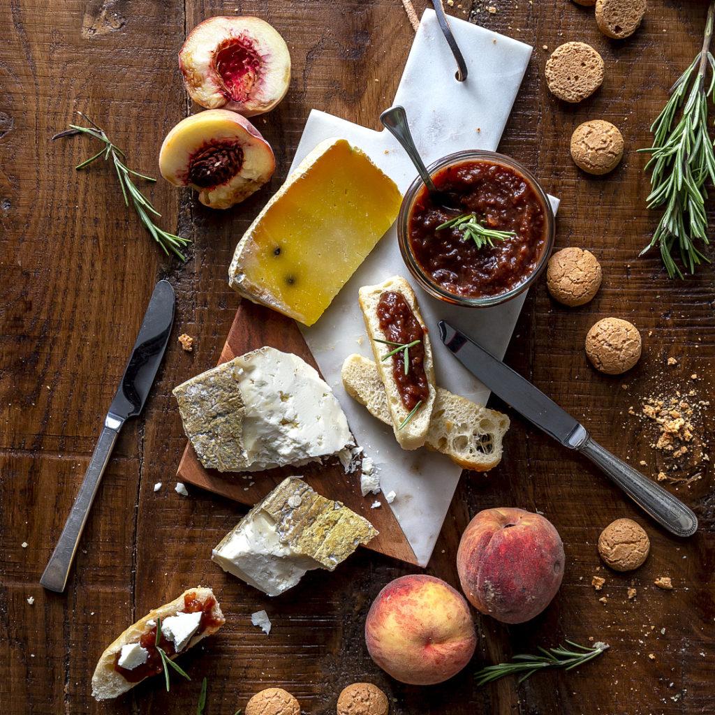 confettura-pesche-amaretti-cioccolato-rosmarino-ricetta-facile-per-formaggi-aperitivo-contemporaneo-food