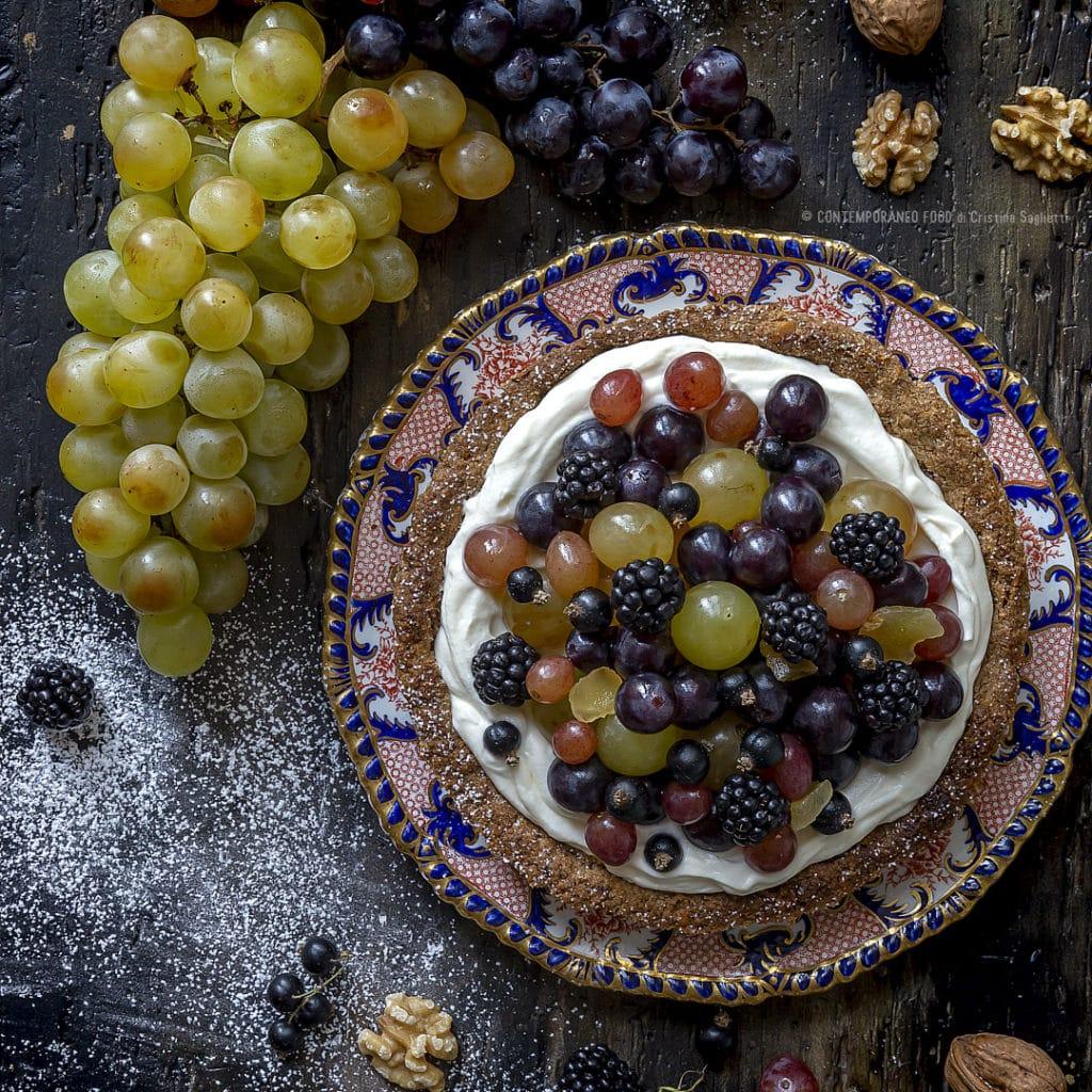 crostata-con-frolla-alle-noci-farina-farro-crema-di-latte-uva-more-zenzero-candito-ricetta-dolce-merenda-dessert-contemporaneo-food