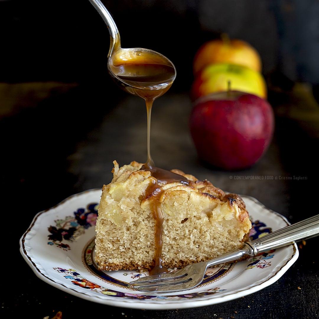 torta-di-mele-cannella-noce-moscata-con-salsa-calda-butterscotch-al-burro-salato-colazione-dolce-merenda-facile-contemporaneo-food