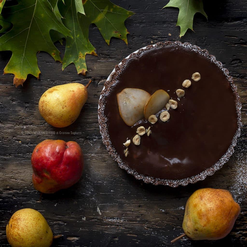 crostata-al-cacao-con-confettura-di-pere-pere-spadellate-al-cognac-ganache-al-fondente-dolce-torta-facile-con-la-frutta-contemporaneo-food
