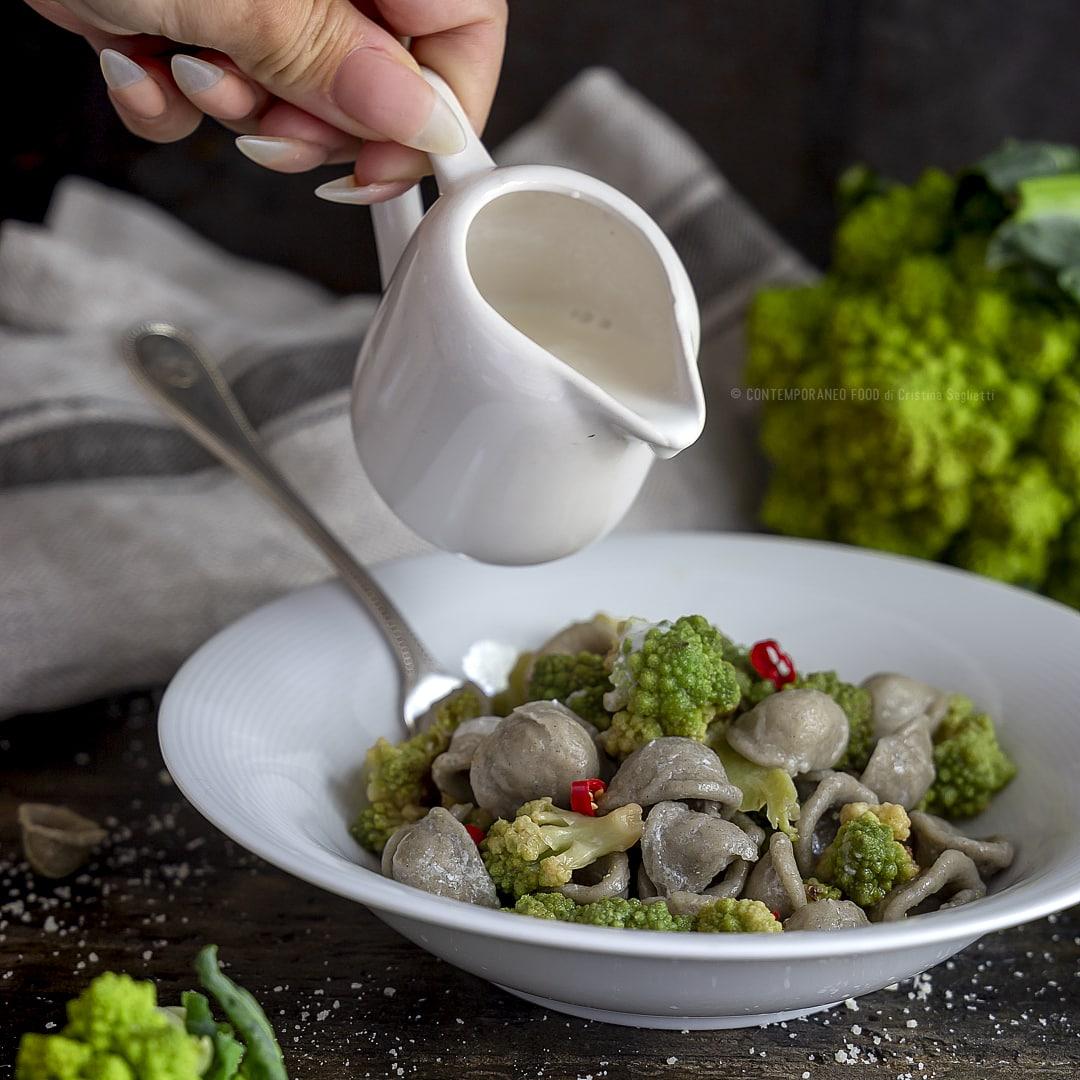 orecchiette-grano-arso-cavolo-romano-piccantino-crema-di-stracciatella-di-bufala-primo-ricetta-vegetariana-facile-contemporaneo-food