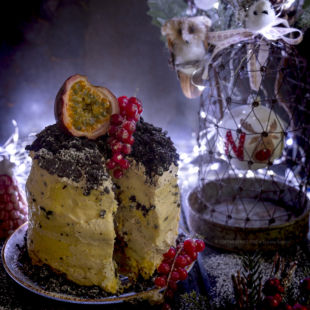torta-di-natale-pan-di-spagna-vaniglia-gocce-cioccolato-curd-frutto-della-passione-panna-al-caffé-crumble-fondente-dolce-natalizio-contemporaneo-food