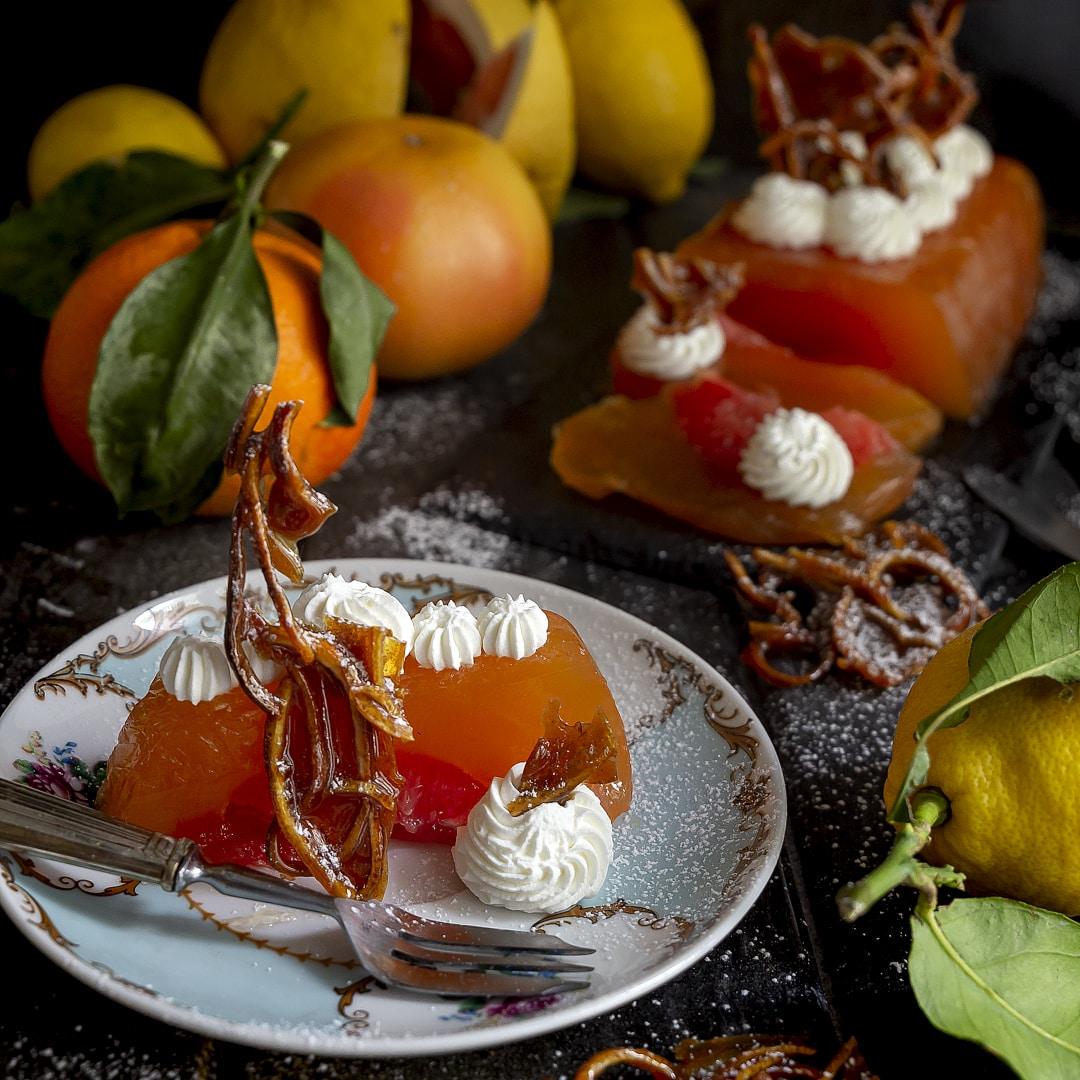 gelatina-di-arance-pompelmo-rosa-camomilla-con-pomelo-croccante-di-limone-agrumi-ricetta-facile-dessert-dolce-contemporaneo-food