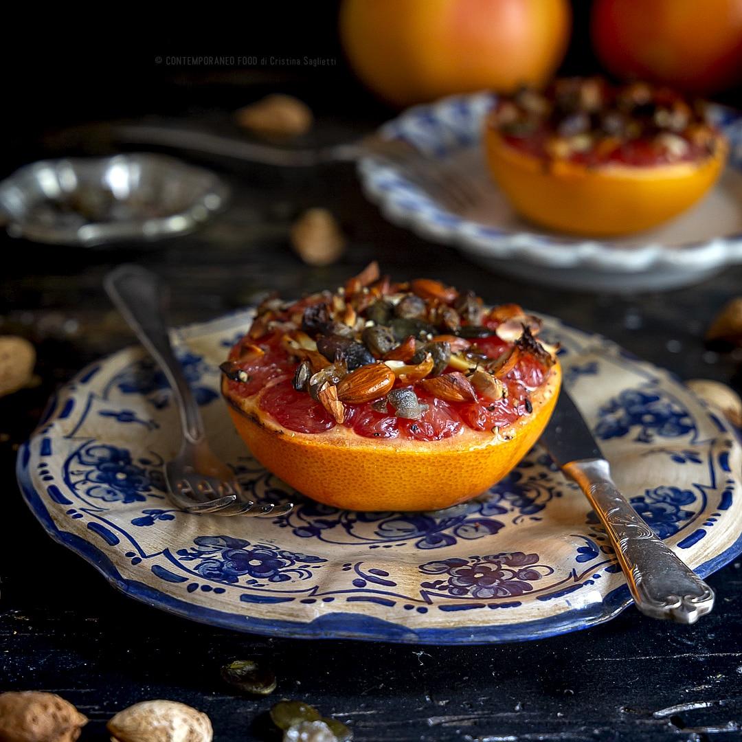 pompelmo-al-forno-con-mandorle-semi-di-zucca-capperi-contorno-ricetta-vegetariana-facile-light-contemporaneo-food