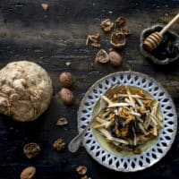 sedano-rapa-in-insalata-con-noci-caramellate-miele-caldo-prugne-ricetta-vegetariana-contorno-facile-veloce-contemporaneo-food