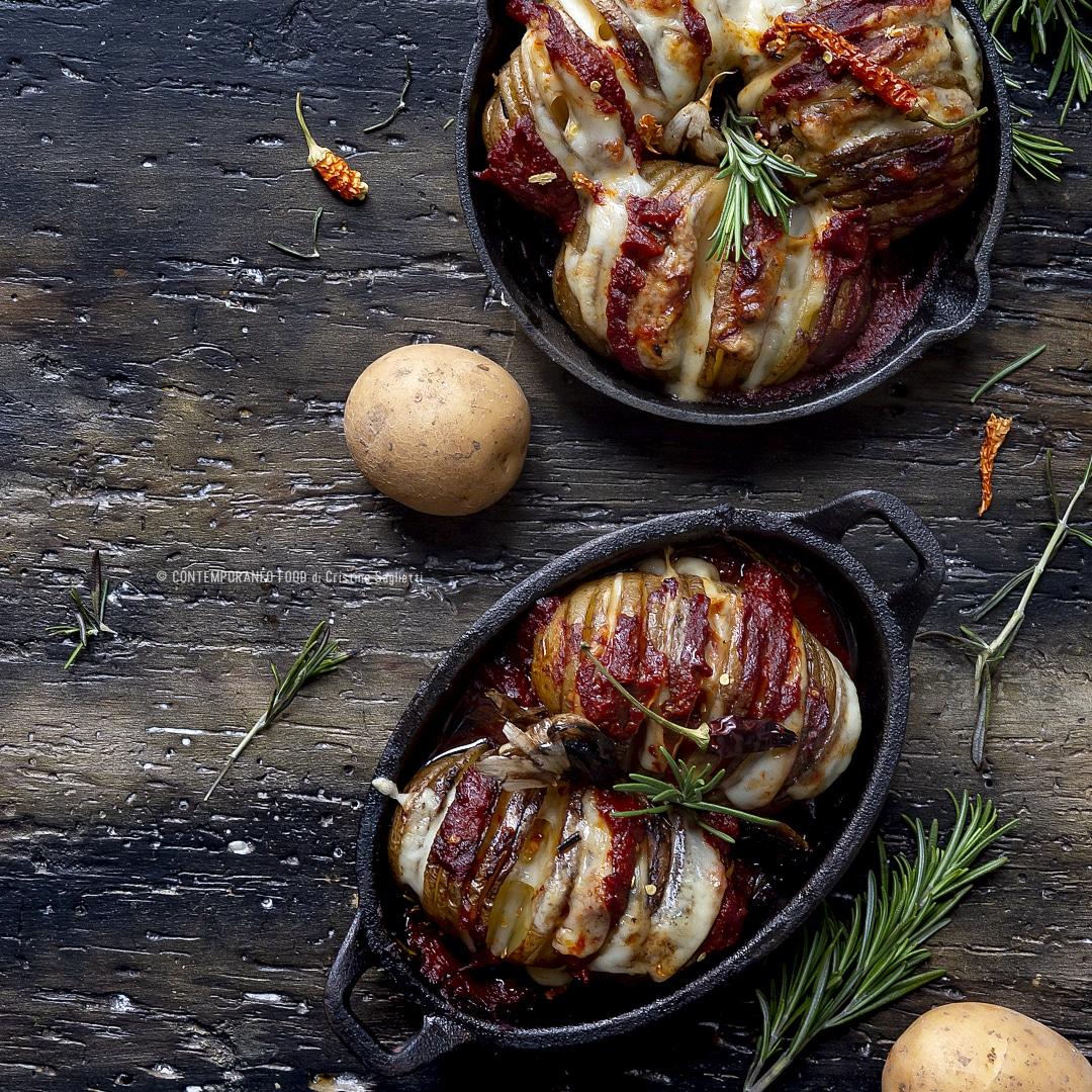 Rosmarino Secco Alla Base patate hasselback con salsa di pomodoro, provola affumicata e rosmarino
