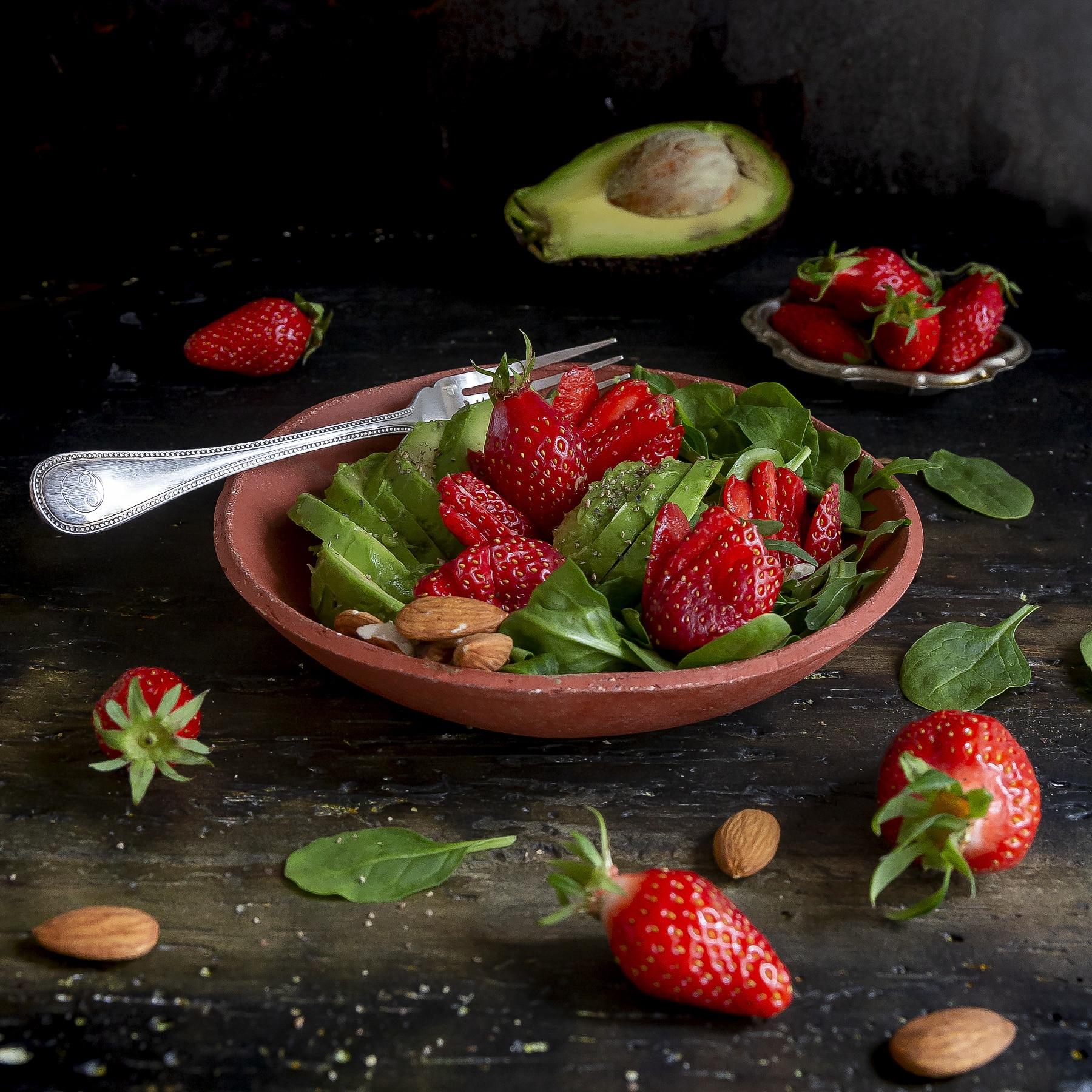 fragole-ricetta-insalata-con-avocado-spinacini-mandorle-rucola-ricetta-facile-veloce-light-vegetariana-contemporaneo-food