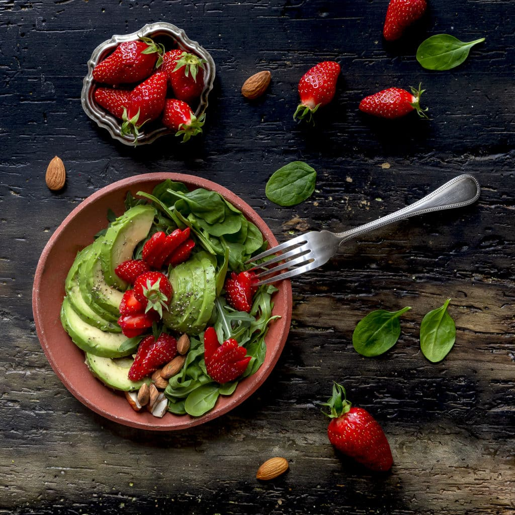 fragole-ricetta-insalata-con-avocado-spinacini-mandorle-rucola-ricetta-facile-veloce-light-vegetariana-contemporaneo-food