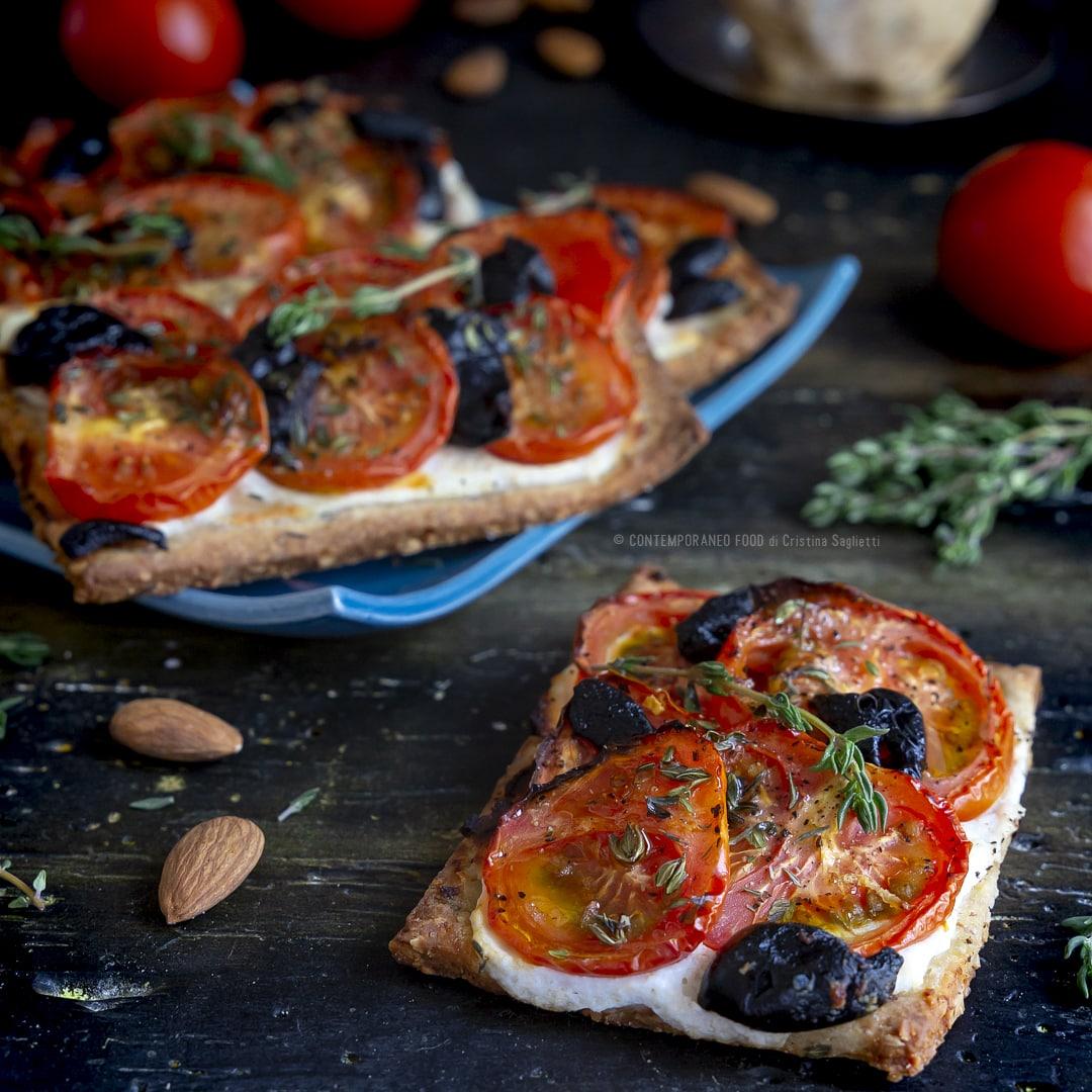 frolla-salata-mandorla-ricotta-timo-ai-pomodori-olive-nere-ricetta-facile-merenda-contemporaneo-food