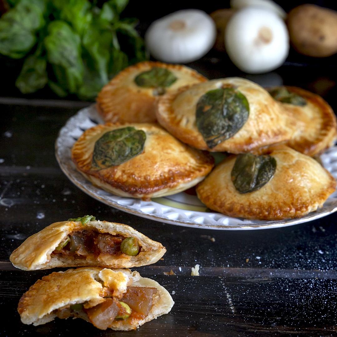 mini-pie-cipolle-primaverili-patate-piselli-ricetta-facile-vegetariana-contemporaneo-food